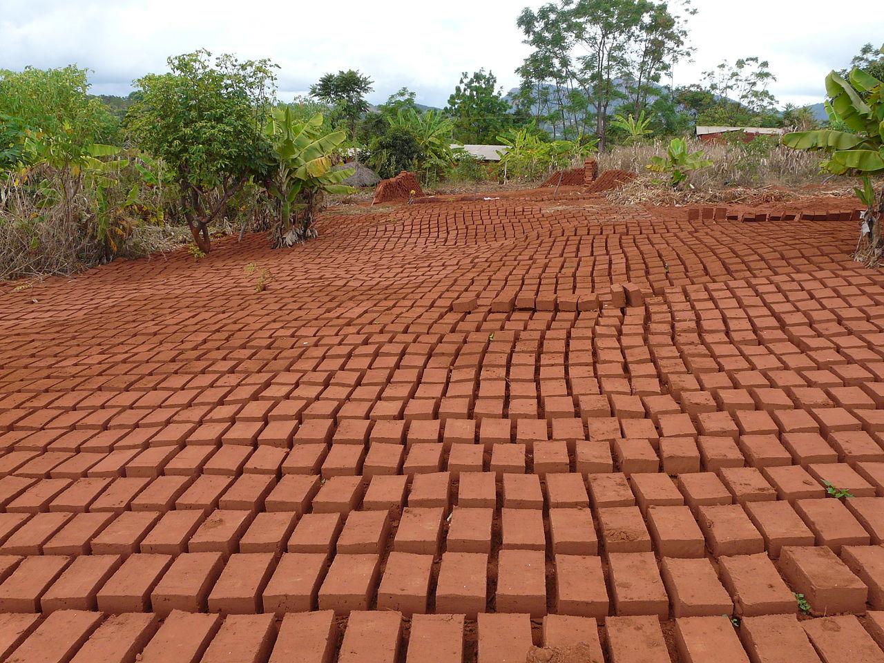 А вот так выглядит производство кирпича в Танзании